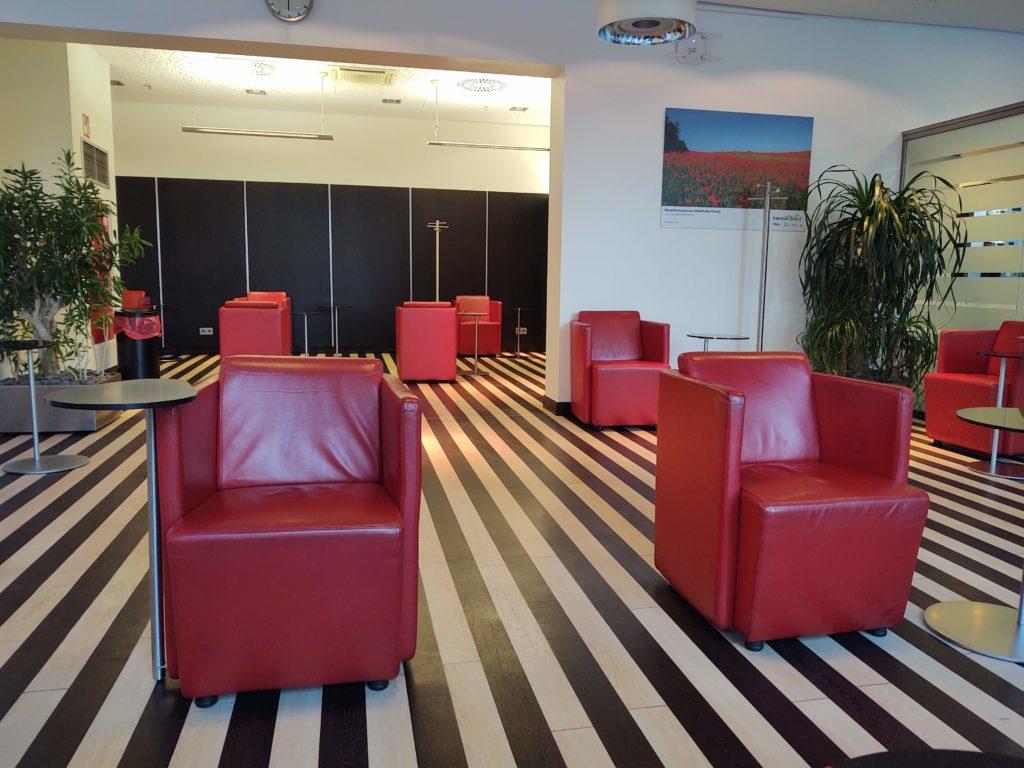 Abstand zwischen den Sitzplätzen in der DB Lounge Berlin Hbf